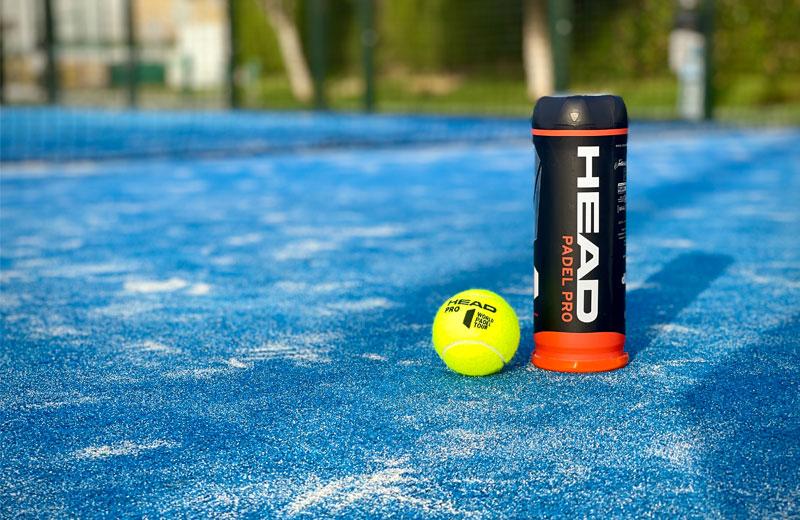 Head Padel Pro är den bästa padelbollen för normal fart 2021. Här visas den på en padelbana.
